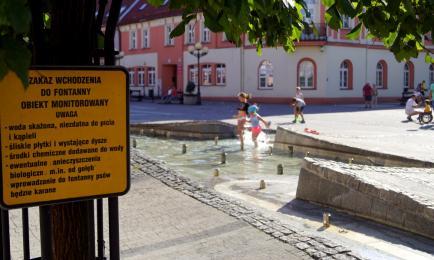 Kąpiel w fontannie na rynku? Lepiej nie ryzykować!