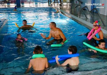 Policjanci ucza dzieci pływać