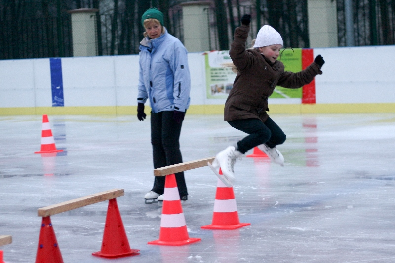 Pierwsze kroki na lodzie oraz nauka gry w hokeja na lodzie