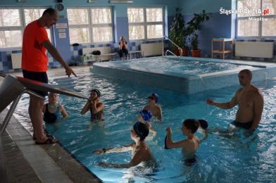 Mundurowi na basenie