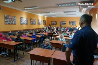 Dzielnicowy z pierwszakami o bezpieczeństwie