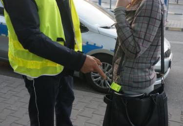 Mikołowscy policjanci apelują: Nośmy odblaski, bo mają wpływ na nasze bezpieczeństwo