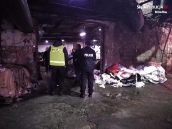 Policjanci i strażacy skontrolowali spółkę która przetwarza odpady wtórne