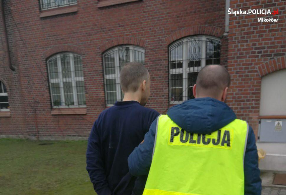 Policjanci zatrzymali dwóch mężczyzn, którzy dokonali kradzieży w komisie samochodowym