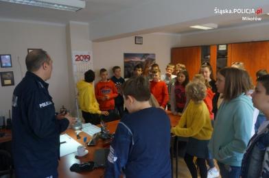 Uczniowie z SP nr 5 w mikołowskiej komendzie
