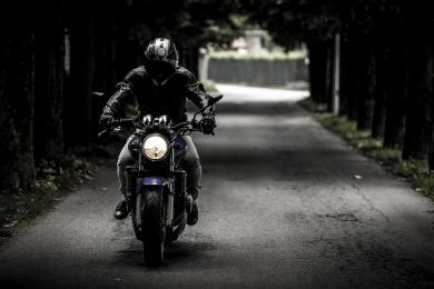 Na drogach więcej rowerzystów, pieszych i motocyklistów. Apelujemy o ostrożność!