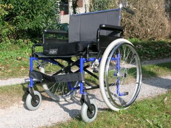 Niepełnosprawny leżał na przystanku przez pół godziny, zanim ktoś mu pomógł