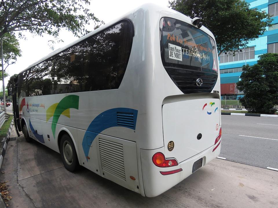 Mikołowscy mundurowi kontrolują autokary, którymi podróżują dzieci