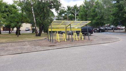 Przed Starostwem Powiatowym stanęła wiata dla rowerów