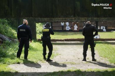 Policjanci podczas zajęć z wyszkolenia strzeleckiego