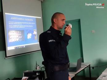 Mikołowski policjant z walizką narkotykową na spotkaniu w zakładzie pracy