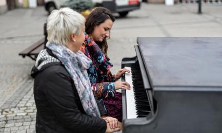 W Mikołowie stanął całoroczny fortepian! Zachęci mikołowian do głosowania w BO?