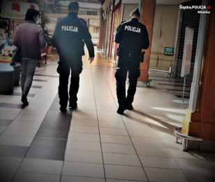 [Foto] Policjanci sprawdzają przestrzeganie obostrzeń